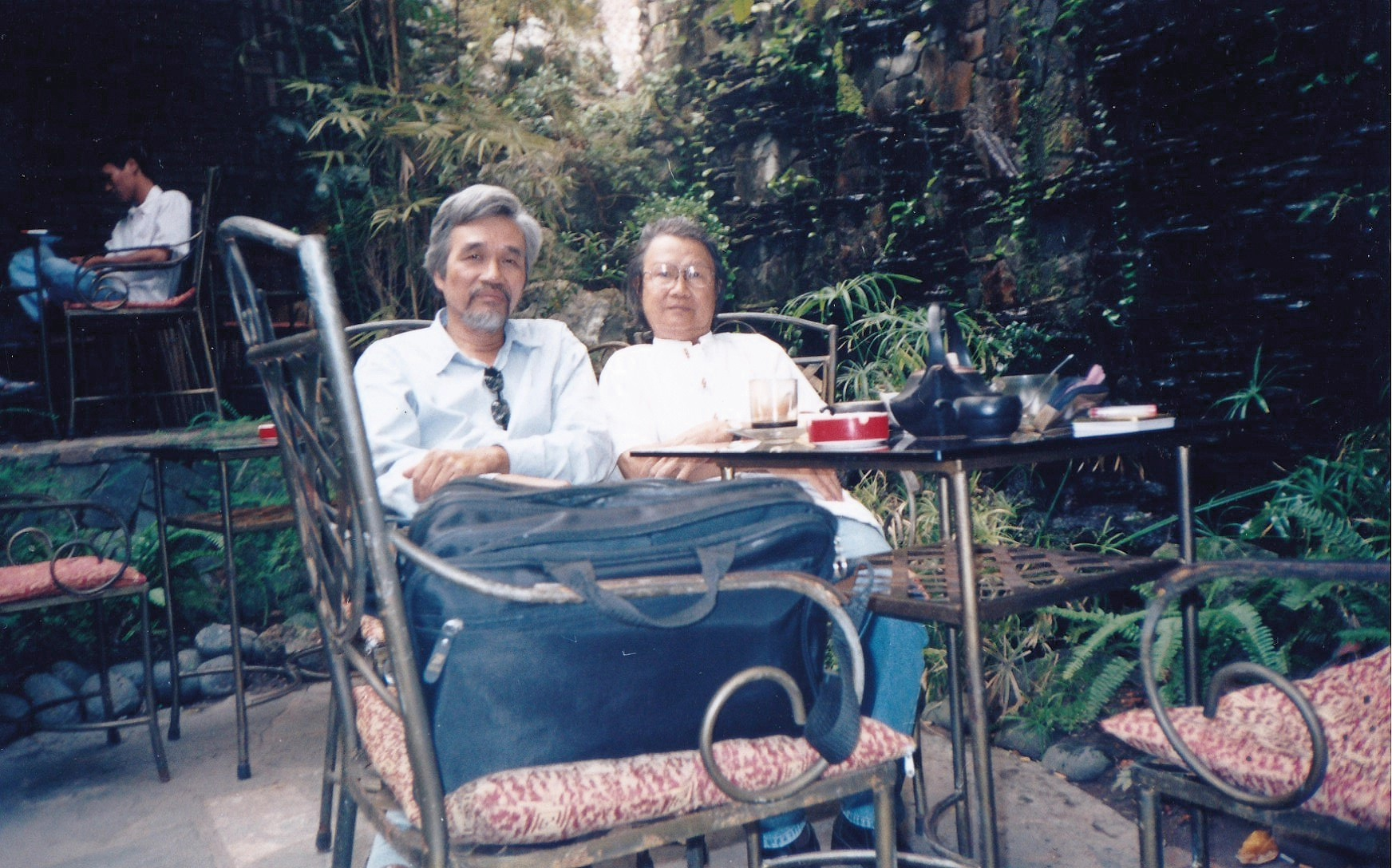 Cùng nhà thơ Phan Đan, ở quán cà phê Lối về, trước Tết Bính Tuất 2006 hai ngày.