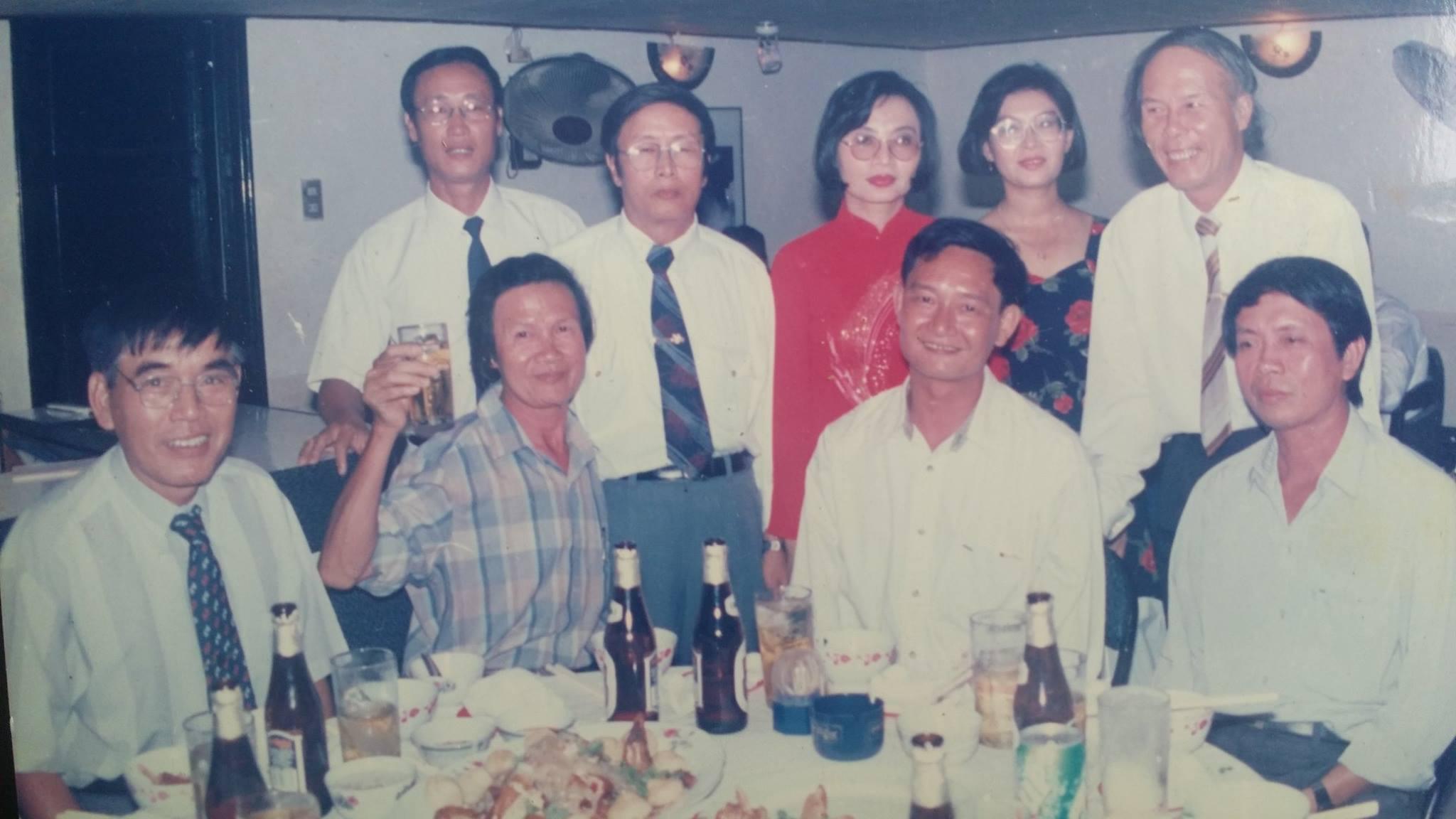 Nhà thơ Thanh Tùng cùng các nhà văn, nhà thơ Trần Hoài Dương, Phạm Đình Trọng, Văn Lê, Thái Thăng Long. Ảnh của nhà văn Phạm Đình Trọng