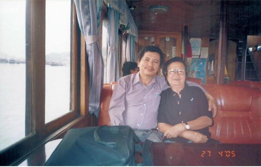 Chụp với nhà thơ Trần Mạnh Hảo.