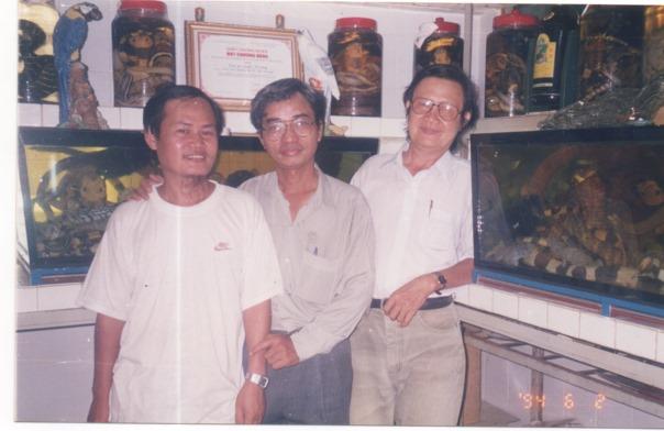 Cùng nhà văn Trần Quốc Toàn, ở một hầm rượu rắn tại quận Gò Vấp