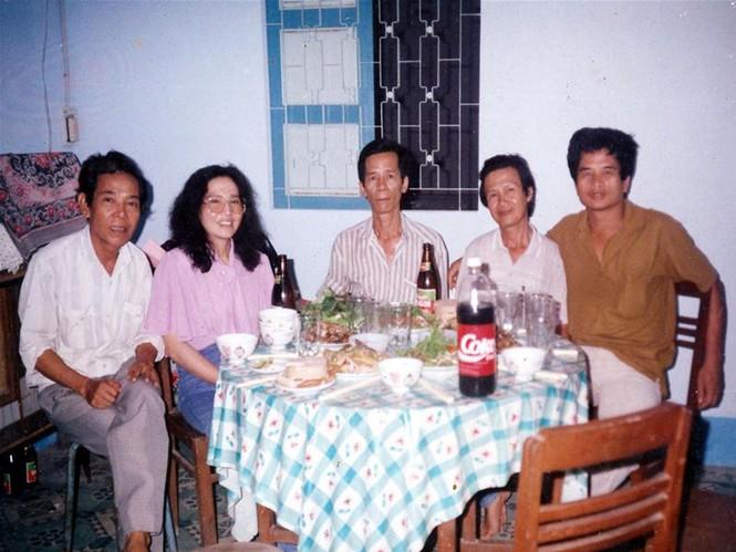Trái qua phải: Các nhà văn Lê Quốc Minh, Dương Thu Hương, Tô Hoàng, Trần Hoài Dương, Nguyễn Mạnh Tuấn