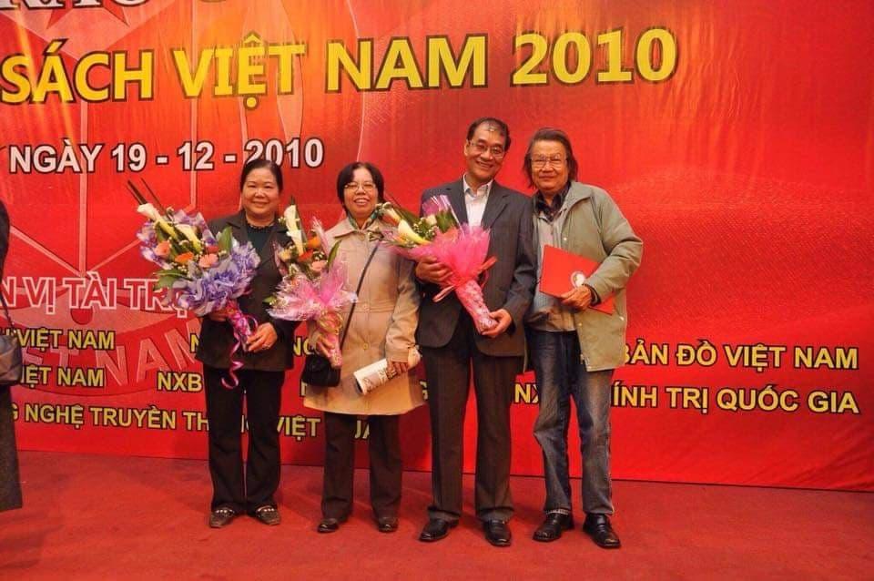 Chụp cùng nhà văn Nguyễn Huy Thắng, tại lễ trao Giải sách hay năm 2010, cùng nhà văn Lê Phương Liên (thứ hai từ trái qua) và nhà thơ Lê Thanh Nga.