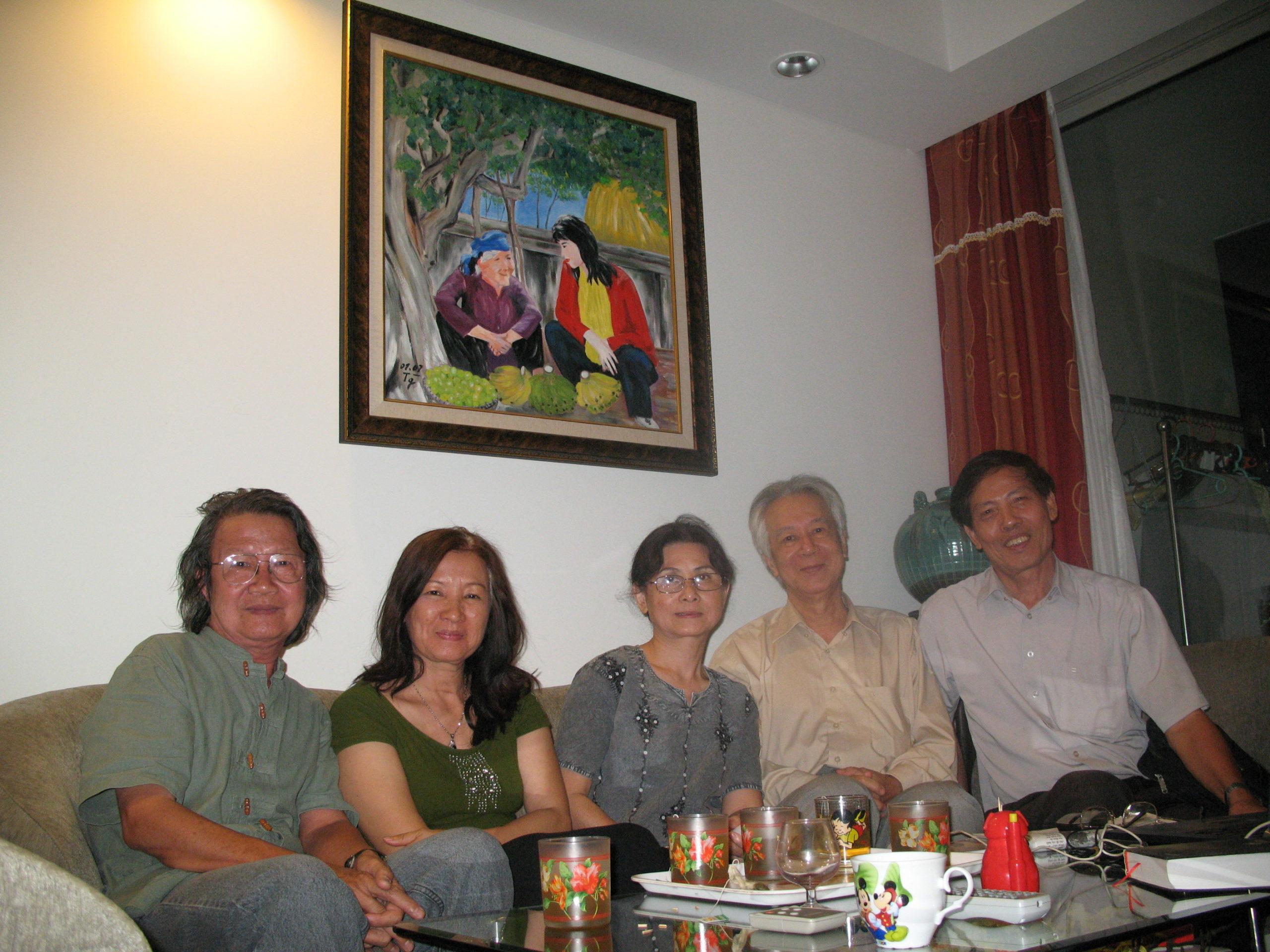 Với nhà thơ Lê Hiền Phương và Dư Thị Hoàn, Lê Khắc Hoan, nhà thơ Nguyễn Vũ Tiềm (2011)