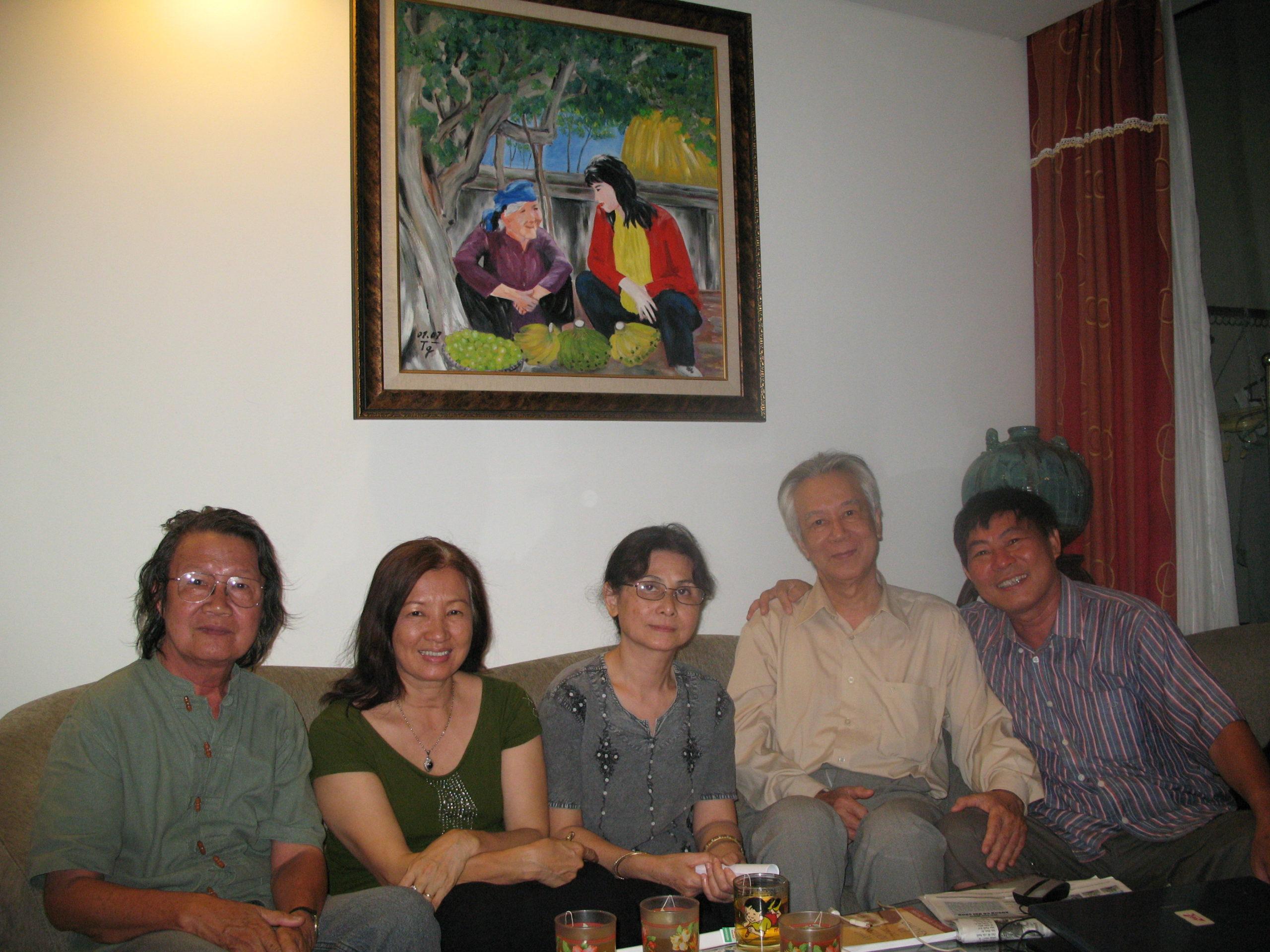 Với nhà thơ Lê Hiền Phương và Dư Thị Hoàn, Lê Khắc Hoan, và Hoàng Minh Tường (2011)